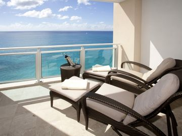 Cupecoy condo rental - Oceanfront patio