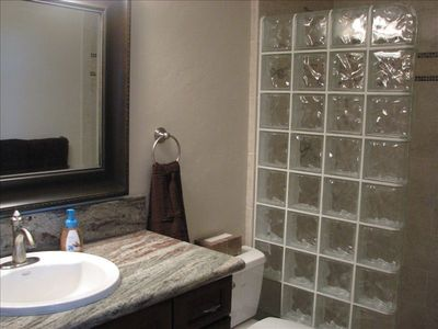 Kailua Kona condo rental - KBK305 MBR Bath - Cherry-Granite-Glass Block and Tile.