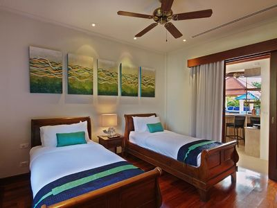 Ocean twin room: sleigh beds, TV, DVD, aircon and fan for chic style and comfort