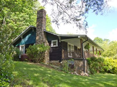 Restored 1920's Chestnut Log Cabin, hot tub, walk to town, on the Appalachian Tr