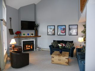 North Conway townhome photo - Spacious greatroom with wide screen TV, gas fireplace, and lots of seating.