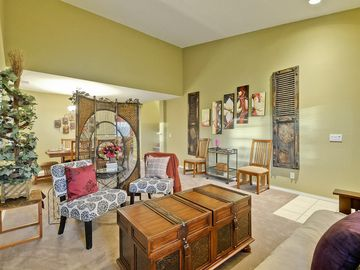 Paso Robles house rental - Bright & spacious living room