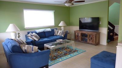 Cozy Living Room, new 55' tv, recent release blu rays, popcorn maker in kitchen!