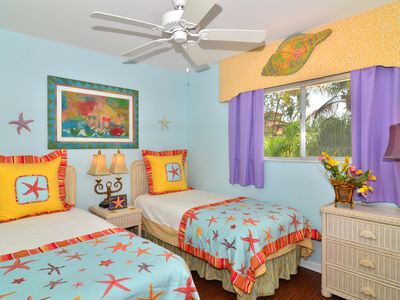 Cheerful tropical 2nd upstairs bedroom close to guest bathroom