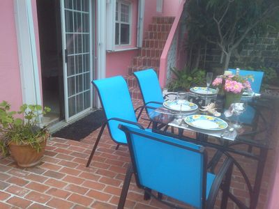 'Loquat Garden'  APARTMENT's patio. King bed or 2 singles & Double sleeper couch