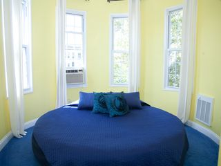 Brooklyn house photo - Bedroom 2 - Queen size round bed with panoramic views