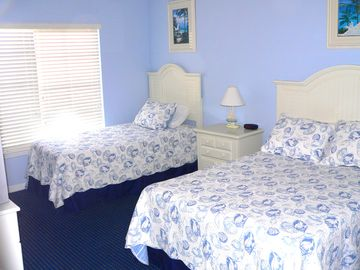 2nd bedroom -- queen bed & twin/single bed -- Flat-screen TV