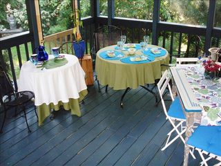 Annapolis cottage photo - Screened porch seats 10 for al fresco dining!