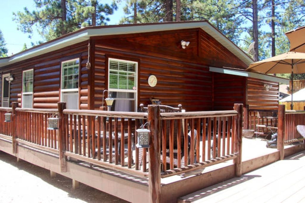 Meadow Retreat- Immaculate Log Style Cabin with Outdoor Spa!