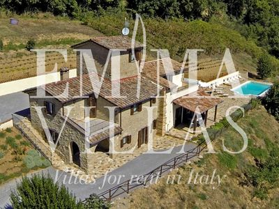 IL CASALE DI GRETA 10+2 / 8 sleeps, splendid stone villa with park, private pool, barbecue, veranda immersed in a breathtaking landscape between Umbria and