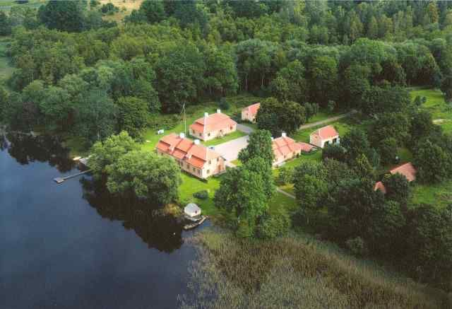 Manor wing next to a lake, 30 minutes' drive from Astrid Lindgren's World