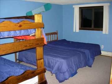 Bedroom with Bunk beds and two twin beds