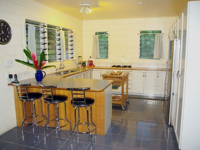 Fully appinnted modern kitchen; gas stove, filtered drinking water, island