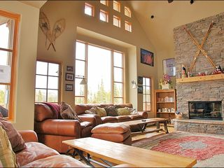 Big Sky townhome photo - Vaulted Ceilings & Large Fireplace