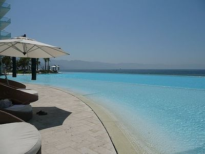 Huge infinity pool overlooking the ocean complete with wading pool