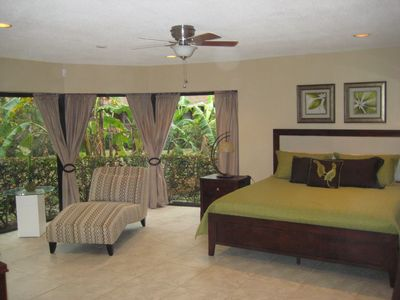 Fort Lauderdale house rental - Master bedroom #1 with king-size bed, walk-in closet and 46 inch TV