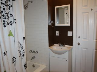 Bridgehampton cottage photo - Bathroom with tub adjoins both bedrooms