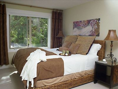 Master Bedroom - Luxurious King Bed - Rolling waves and whispering pines