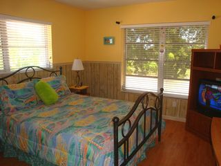 Pompano Beach villa photo - Second bedroom has queen bed and cable TV.