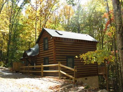 Arbor Leaf cabin in autumn with easy entry parking just steps away.