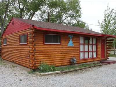 1000sqft 2 bdrm cabin w/large living room, two TVs & free WiFi, equipped kitchen