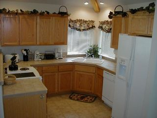 Eagle Crest townhome photo - Cozy Kitchen, overlooks the dining area and living room.