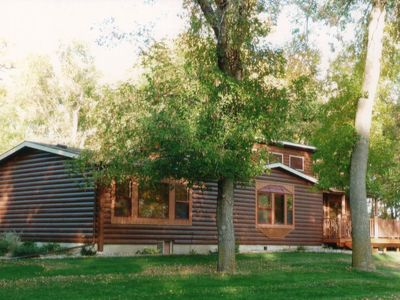This deluxe cabin sleeps 6-8.
