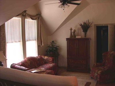 Spacious living area with cable TV, DVD, VCR