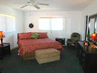 Pompano Beach villa photo - The large master bedroom has queen bed, cable TV and walk-in closet.