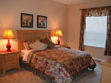 Queen bedroom w/ luxury sheets, designer bedding. Walk-in closet & ceiling fan.