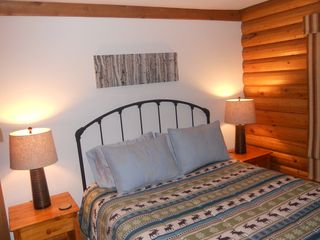Blue River cabin photo - Larger Bedroom With Queen Size Bed