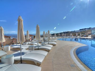 Dhrousha apartment rental - The fabulous swimming pool and sunbathing areas