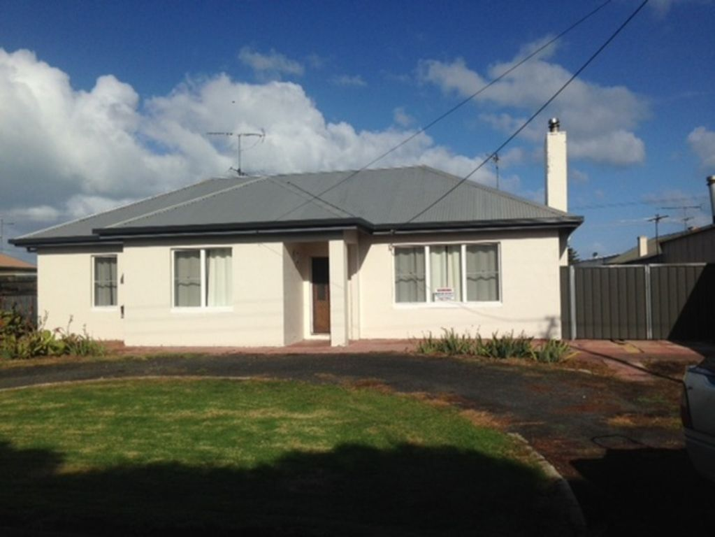 """""""A Wave From It All"""" is a Cosy 3 bedroom 1950's Mt"""
