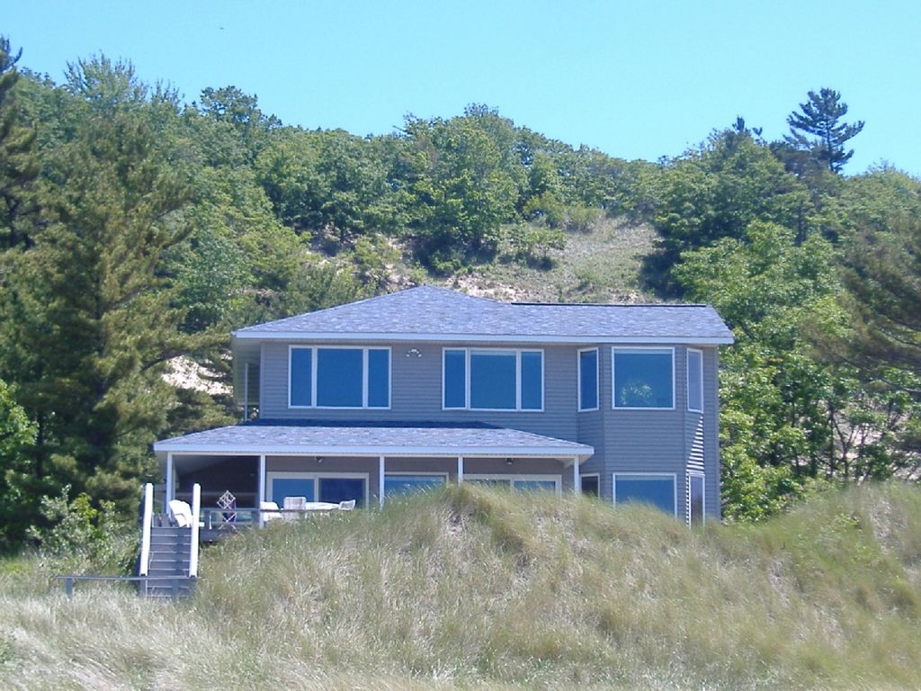 Quiet lake michigan beachfront cottage homeaway shelby for 10 bedroom vacation rentals in michigan