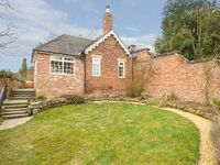 ORCHARD COTTAGE, family friendly, with hot tub in Calwich, Ref 6093