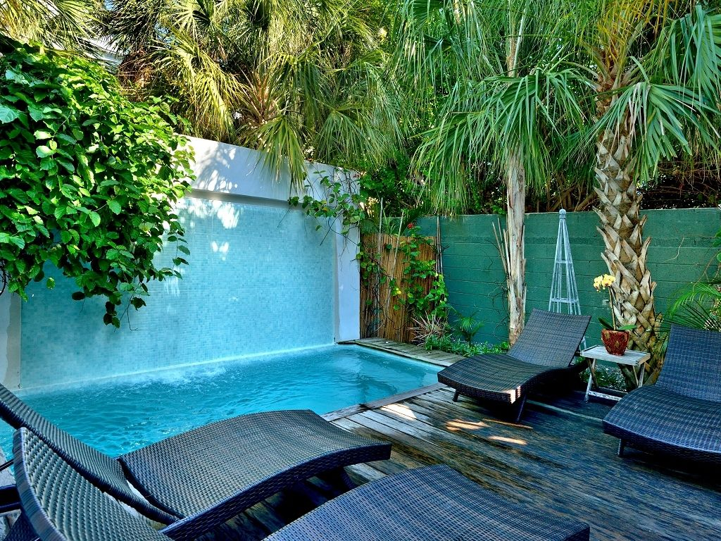 Duval street luxury penthouse private pool vrbo for Luxury pools with waterfalls