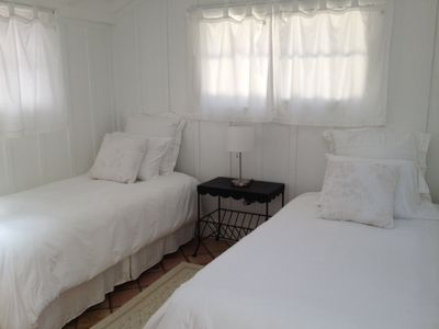 GUESTHOUSE: Full bath, 2 rooms, sleeps 3+