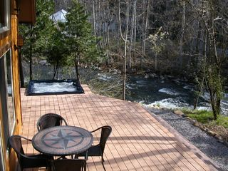 Mount Shasta cabin photo - Deck, Hot Tub, and River