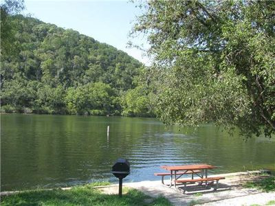 2 blocks to Quinlan Park.  Offers parking, picnic tables, and a boat launch.