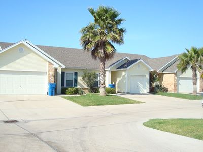 Cute 2 bedroom 2 bath townhouse just a few minutes to the beach!