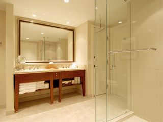 Lahaina condo photo - Large vanity with shower and tub for bathing