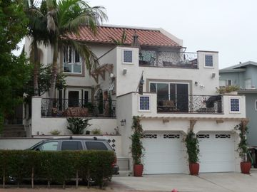 San Clemente condo rental - Street view with guest parking shown. Unit is the top level.