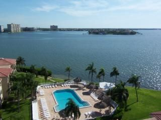 panoramic views from this lovely 9th floor waterfront unit