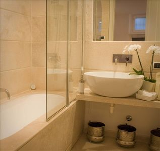 Colosseum area house rental - CL Bathroom with Jacuzzi