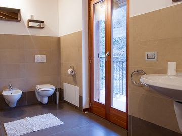 Villa Caruso ensuite bathroom