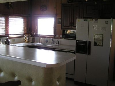 Kitchen: Refrigerator/freezer with ice maker, Microwave, Dishwasher