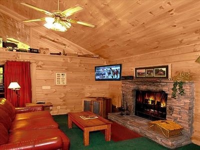 Flat TV, cozy, private, hot tub, jacuzzi, balcony, screen porch. Mountain feel.