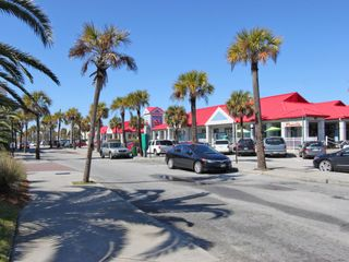 Isle of Palms condo photo - Our little shopping area across from the condo-local shops and eateries.