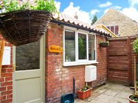CHESTNUTS, pet friendly, with a garden in Thornton-Le-Dale, Ref 21620