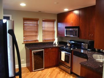 Oak Park condo rental - Roscoe Main #3 Kitchen Granite counter tops & stainless steel appliances